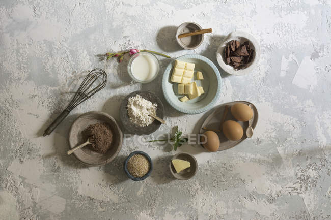 Directamente sobre ingredientes dulces de la vista en tabla de piedra - foto de stock