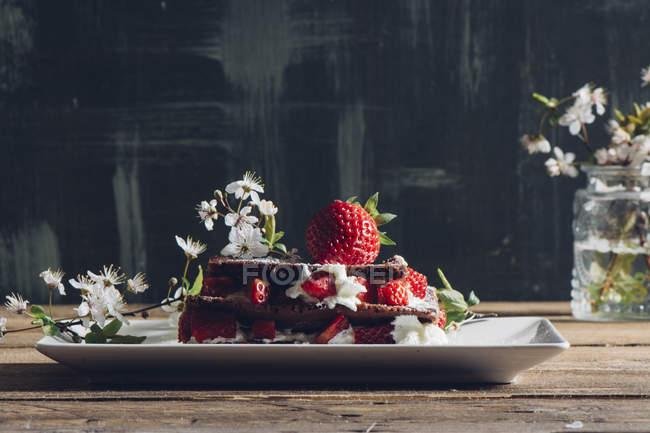 Stillleben mit hausgemachtem Erdbeer Torte und blühende Zweige auf ländlichen Tisch — Stockfoto