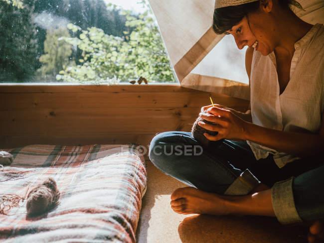Femme tricot à la lumière du soleil — Photo de stock