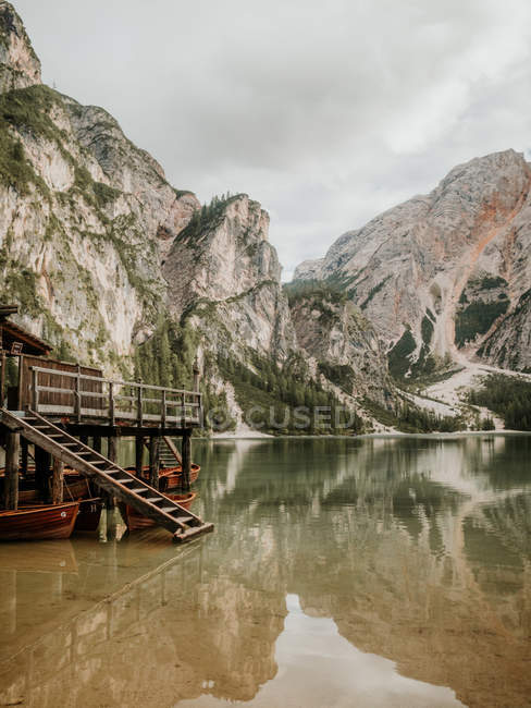 Wooden dock on lake in mountains — Stock Photo