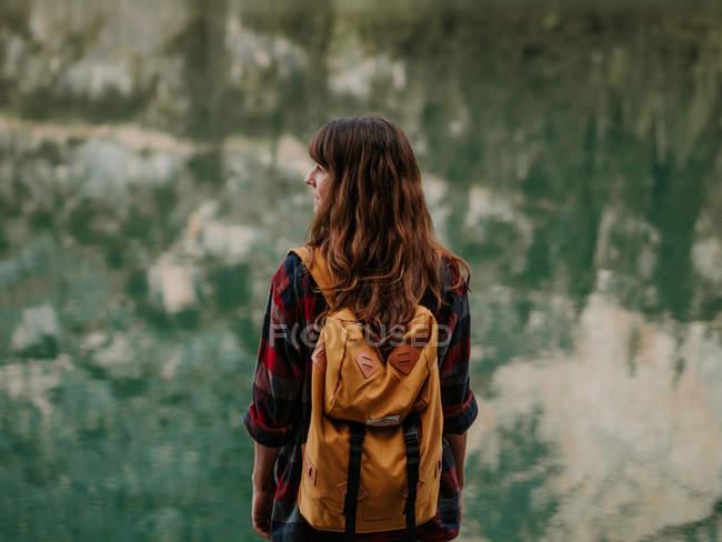 Жінка з рюкзак в природі — стокове фото