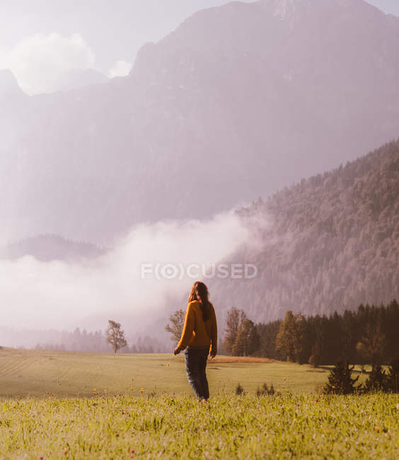 Woman standing in fields — Stock Photo