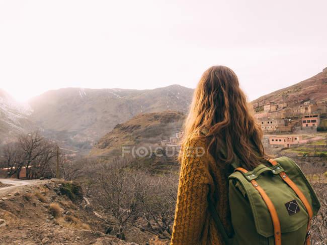 Femelle touristique avec sac à dos — Photo de stock