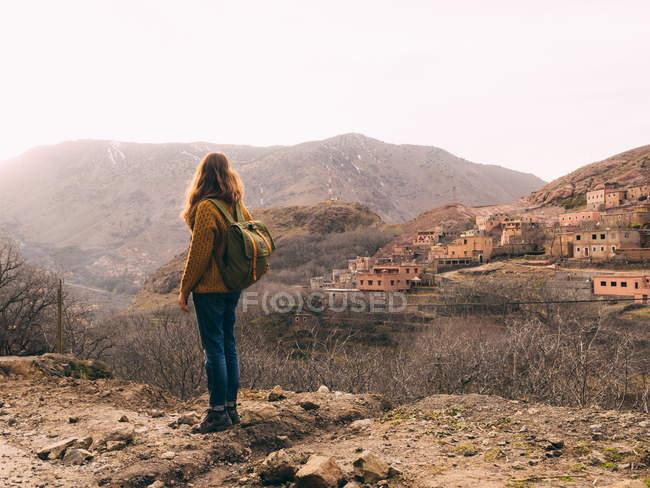 Жіночий Туристична з рюкзака — стокове фото