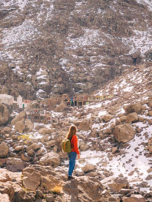 Female backpacker à montagnes explorer settlement — Photo de stock