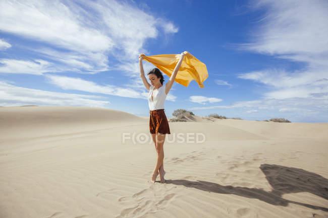 Жінка в піщані дюни — стокове фото