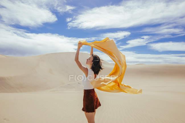 Donna in dune di sabbia — Foto stock