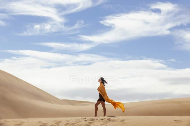 Femme dans les dunes de sable — Photo de stock
