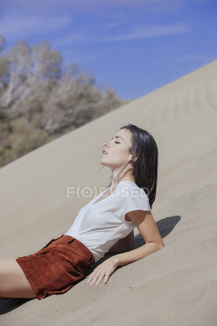 Stilvolle Mädchen posiert auf Sand — Stockfoto