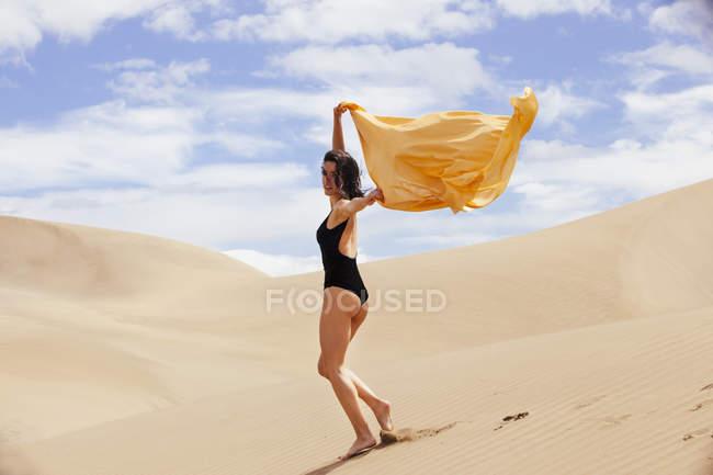 Femme sensuelle dans les dunes — Photo de stock