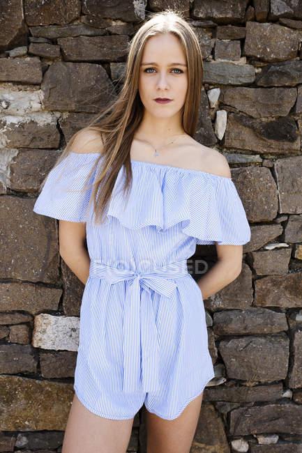 Frau auf Steinmauer — Stockfoto