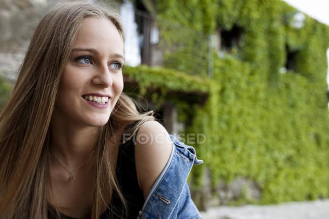 Mulher sorridente na rua da aldeia — Fotografia de Stock