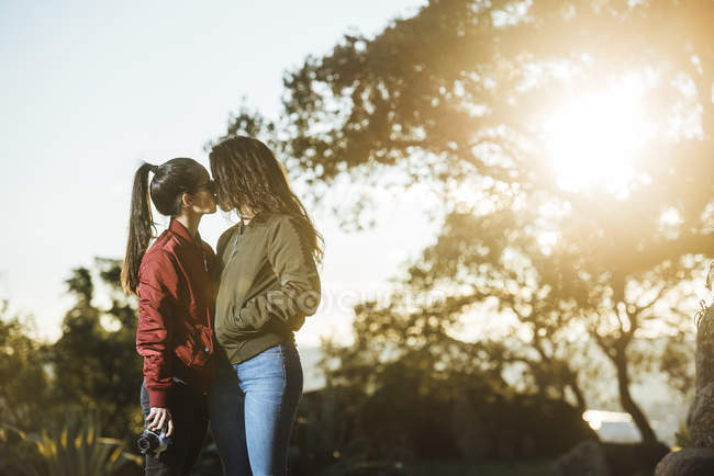 Young lesbian couple kissing — Stock Photo
