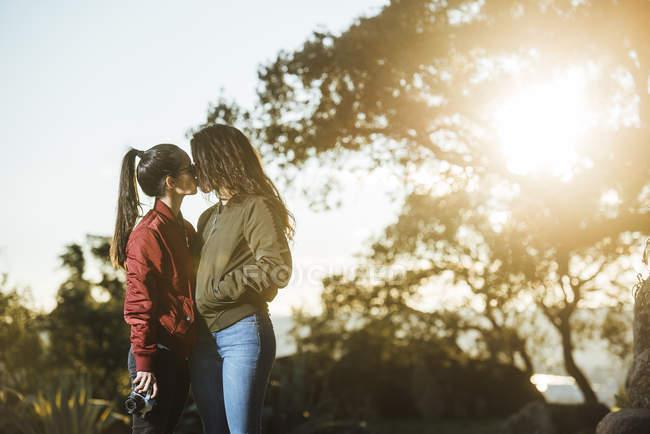 Молодая пара лесбиянок целуется — стоковое фото