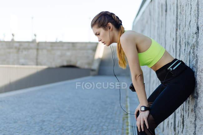 Mujer descansando después del deporte - foto de stock