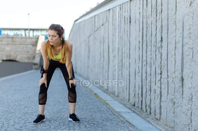 Жінка, відпочиває після спорт — стокове фото