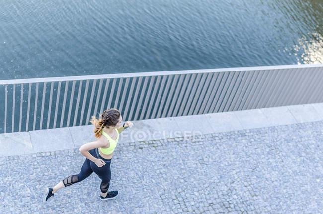 Женщина бегает на открытом воздухе — стоковое фото