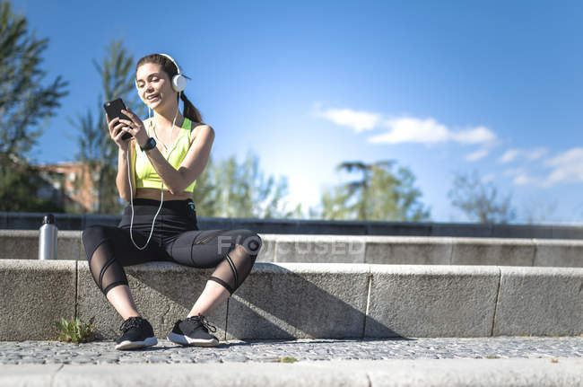 Женщина отдыхает и слушает музыку — стоковое фото