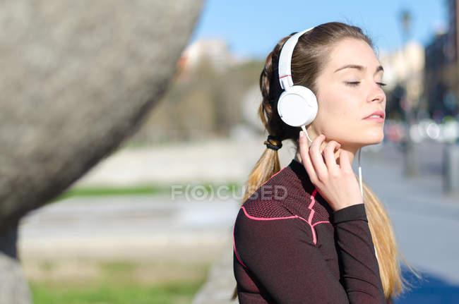 Mujer descansando y escuchando música - foto de stock