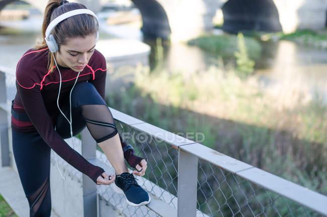 Woman tying shoelaces — Stock Photo