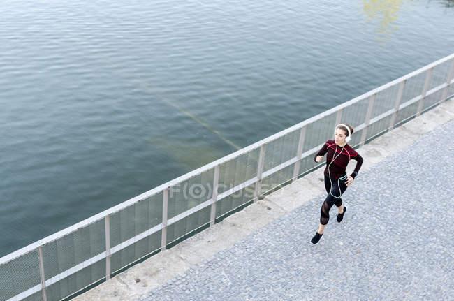 Femme courir et écouter de la musique — Photo de stock