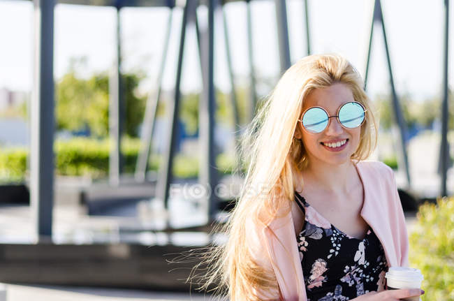 Blondine glücklich Student mit Kaffee — Stockfoto