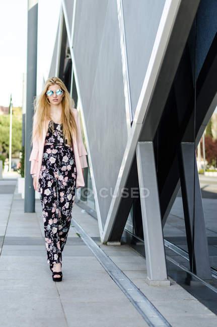 Молода жінка йде по вулиці. — стокове фото