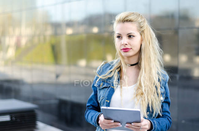 Student woman with tablet — Stock Photo