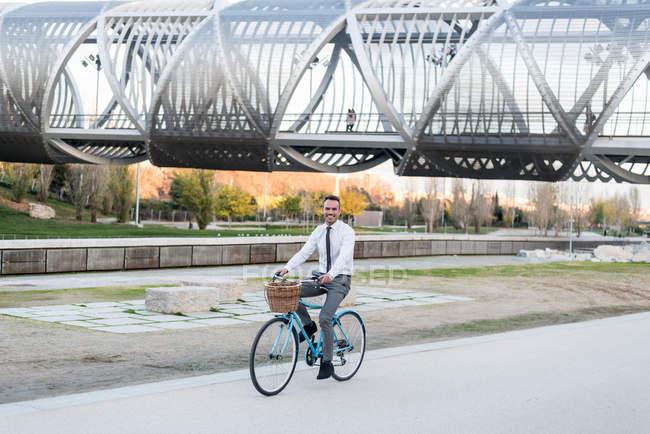 Homme d'affaires vélo vintage — Photo de stock