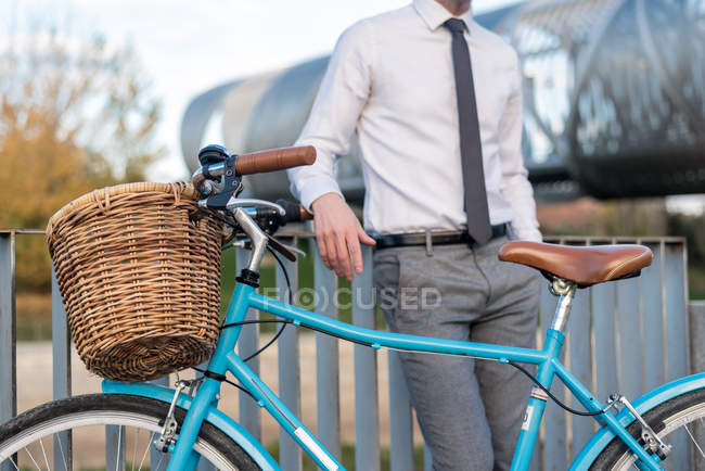Business man with vintage bicycle — Stock Photo