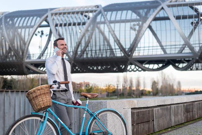 Homme d'affaires debout à vélo vintage — Photo de stock