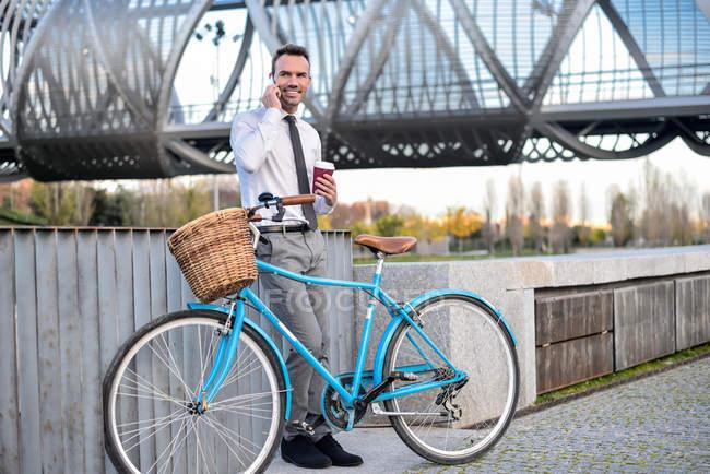 Ділова людина, які стоять на марочні велосипеді — стокове фото