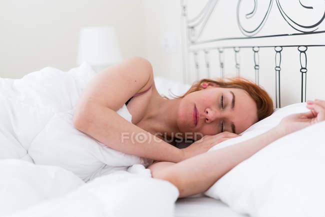 Mulher ruiva adormecida — Fotografia de Stock