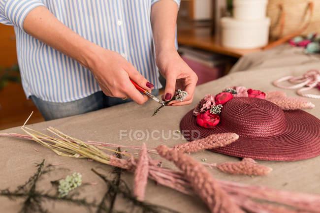 Crop pessoa que trabalha na loja de artesanato — Fotografia de Stock
