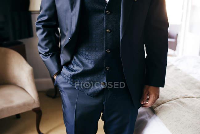 Hombre anónimo posando en traje elegante - foto de stock