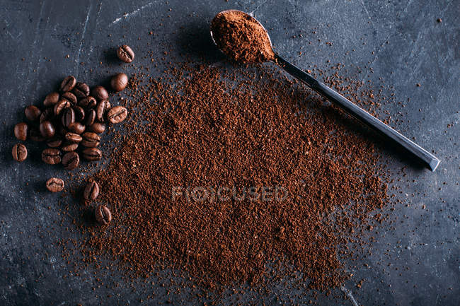 Coffee beans and ground coffee — Stock Photo
