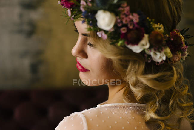 Pretty woman wearing flower garland — Stock Photo