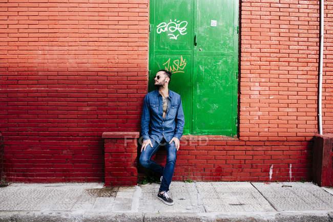 Uomo alla moda che propone sulla strada — Foto stock