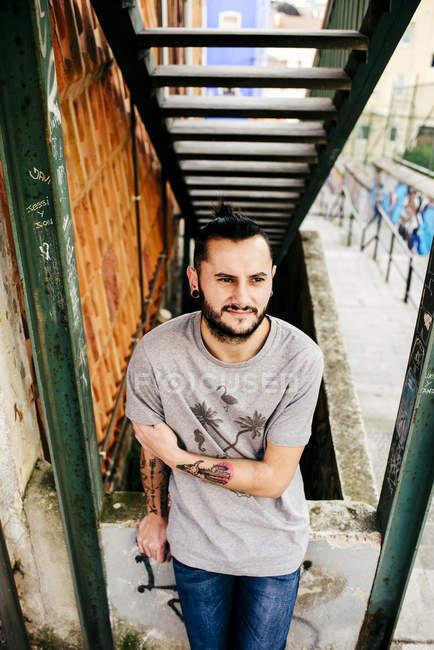 Homem tatuado posando na rua — Fotografia de Stock
