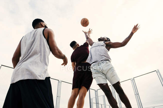 Kick start basketball game — Stock Photo
