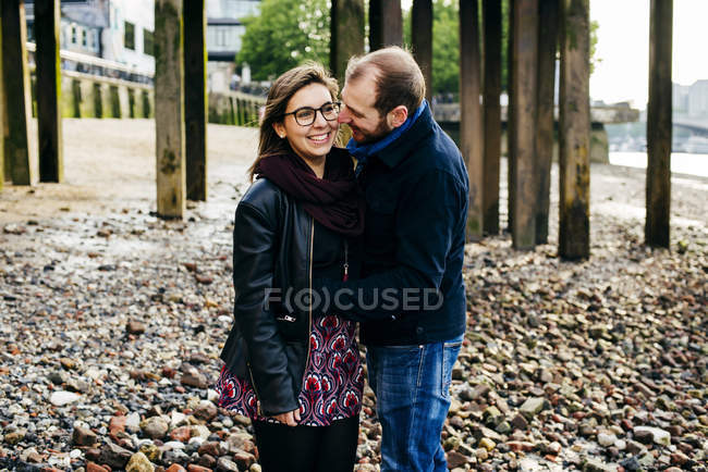 Пара обіймаються на узбережжі — стокове фото