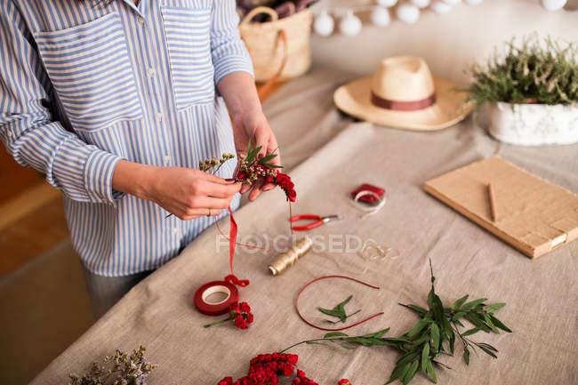 Erntehelfer machen Kopfbedeckung mit Blumen — Stockfoto