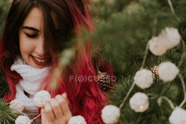 Девушка с розовыми волосами в елей — стоковое фото