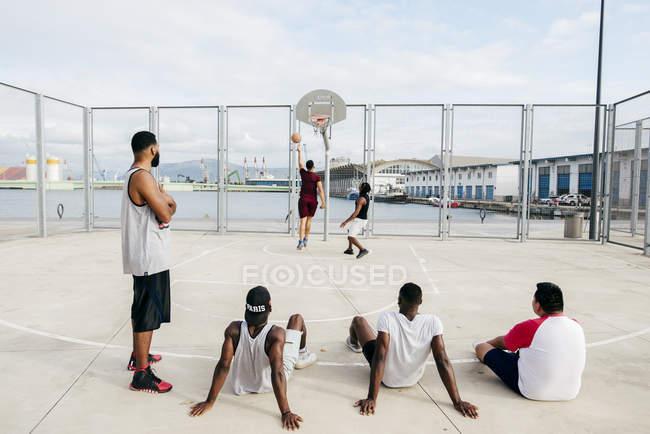 Мужчины смотрят другие игры в баскетбол — стоковое фото