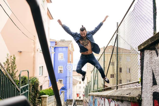 Hipster-Mann im Sprung — Stockfoto