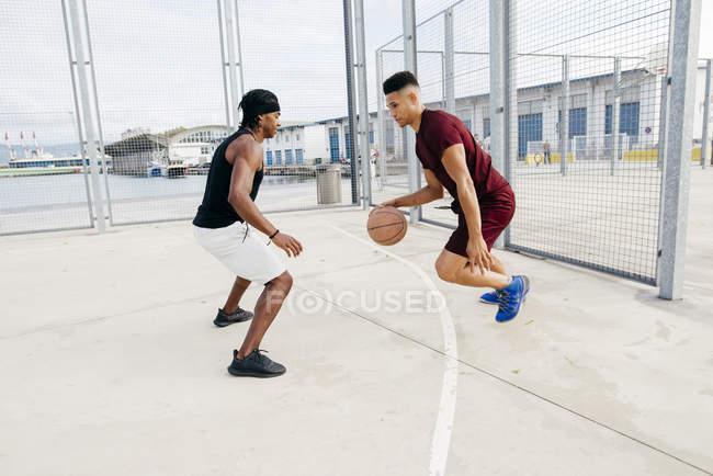 Мужчины играют в баскетбол — стоковое фото