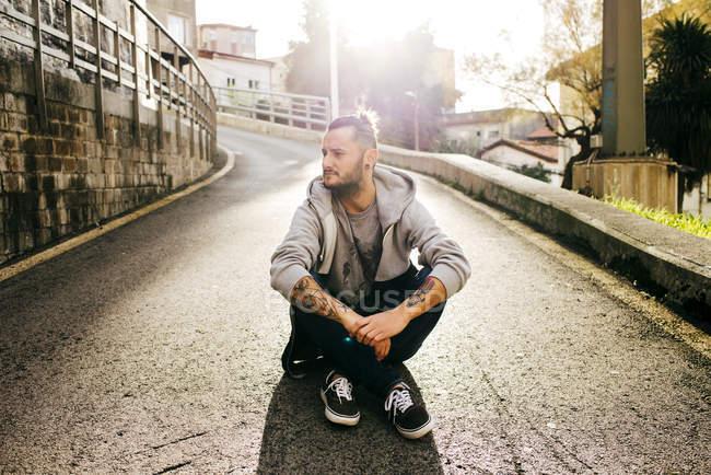 Hipster posant sur le sol — Photo de stock