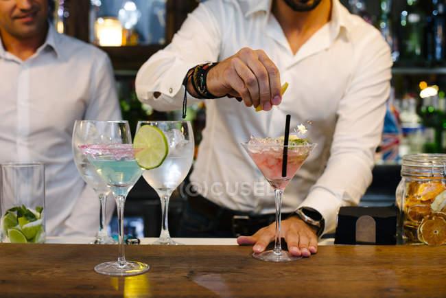 Fare i cocktail del barman — Foto stock