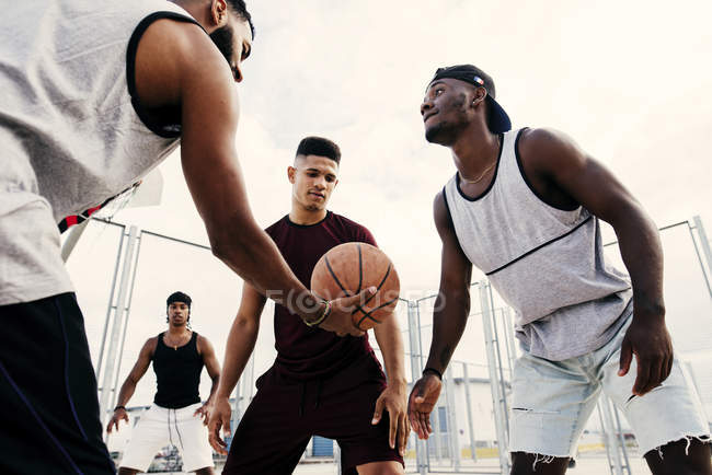 Баскетбольный старт — стоковое фото