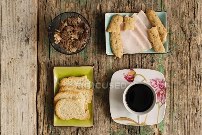 Verschiedene Snacks und Kaffeetasse — Stockfoto